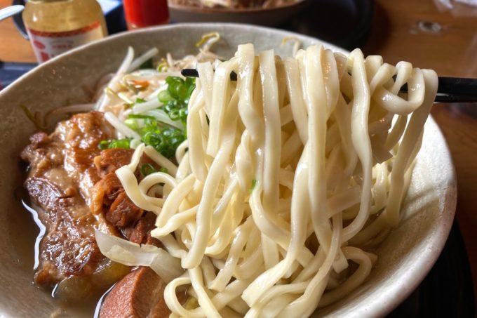 那覇市安謝「おもろ殿内」の沖縄そばの幅広ゆる縮れ麺だった