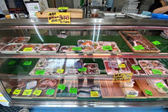 那覇・与儀「地魚仕立て屋 おりた鮮魚店」の冷蔵ケースに並ぶお刺身やお魚の様子