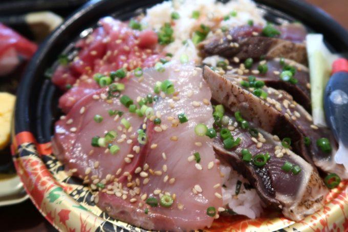 那覇・与儀「地魚仕立て屋 おりた鮮魚店」本日の海鮮丼(550円)のオモテはブリとカツオ