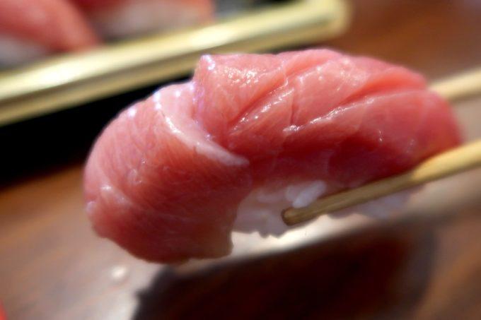 那覇・与儀「地魚仕立て屋 おりた鮮魚店」本日の握り盛り合わせ(850円)には天然本マグロのトロが入っていた