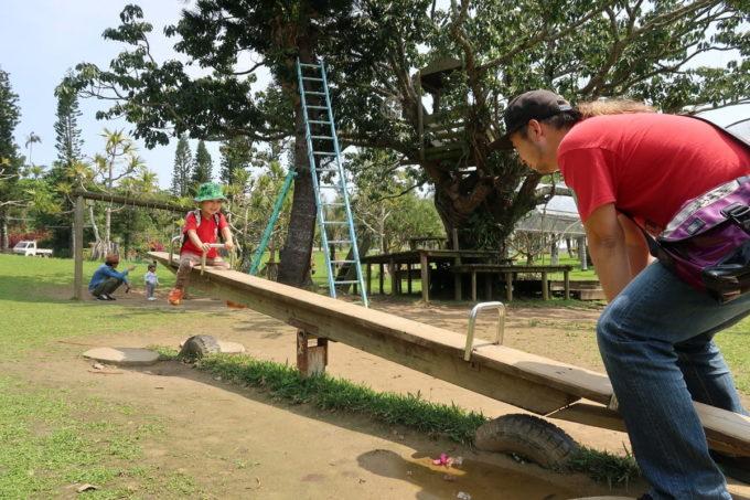 沖縄「東南植物楽園」シーソーを楽しむお子サマー