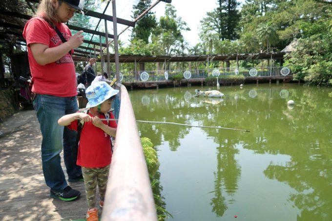 沖縄「東南植物楽園」タコノキステーションで釣り堀を楽しむお子サマー