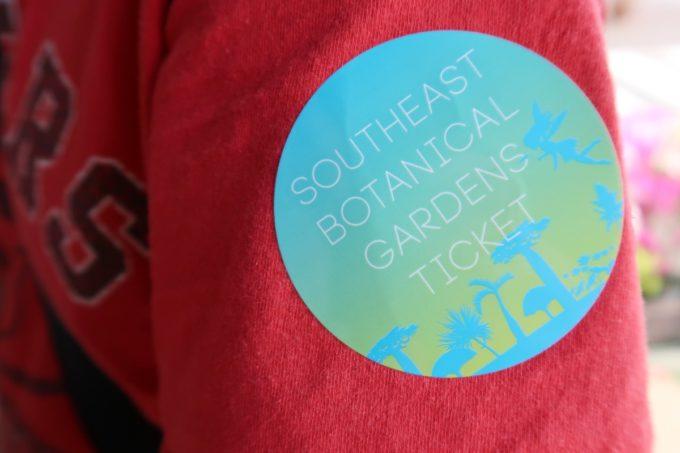沖縄「東南植物楽園」の支払いをすると、入場チケットの代わりのシールをもらえる