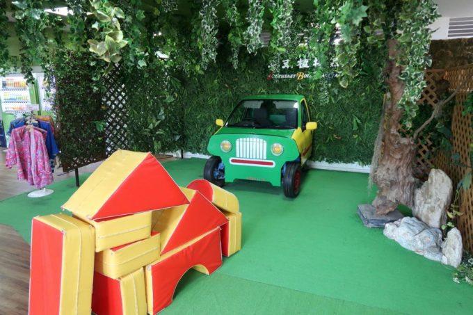 沖縄「東南植物楽園」こども向けのキッズコーナーもある