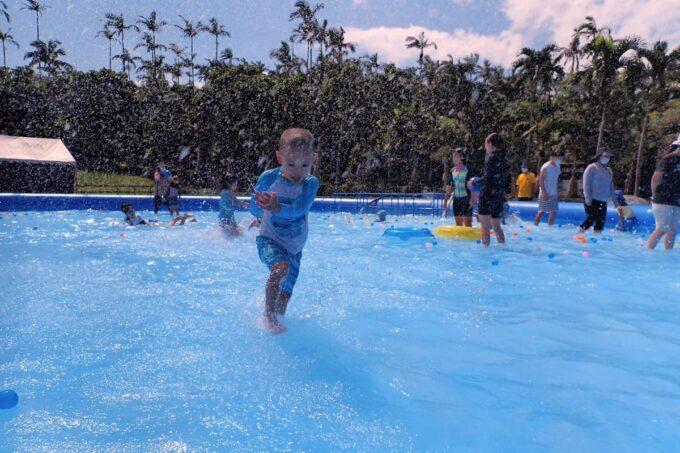 沖縄「東南植物楽園」巨大エアプールを駆け回るお子サマー