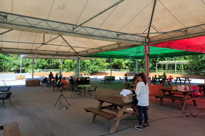 沖縄「東南植物楽園」巨大エアプールの近くに張られた大きなテントとテーブル