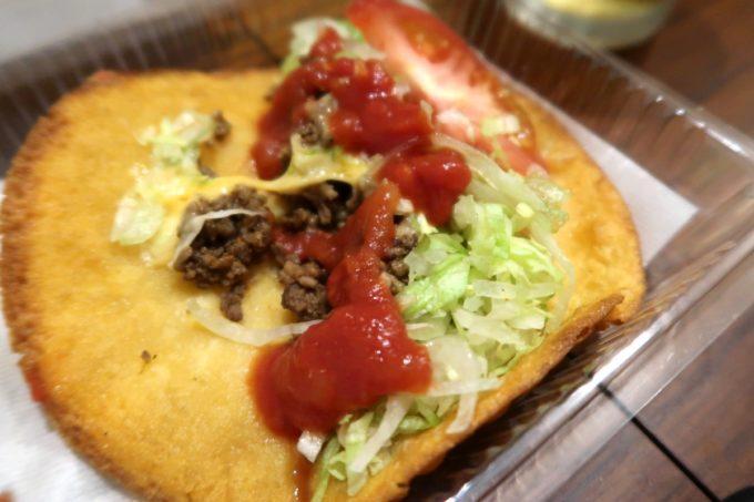 那覇市おもろまち「Tacos-ya(タコス屋)新都心店」サルサソースをたっぷりかけてタコスをいただく