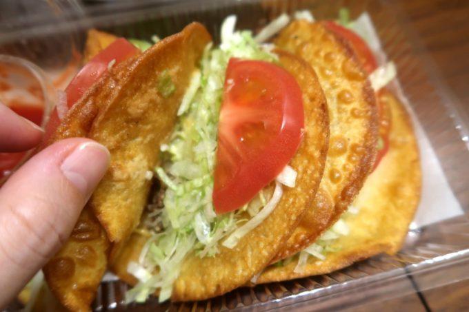那覇市おもろまち「Tacos-ya(タコス屋)新都心店」タコスの皮を開いて中の具を確認