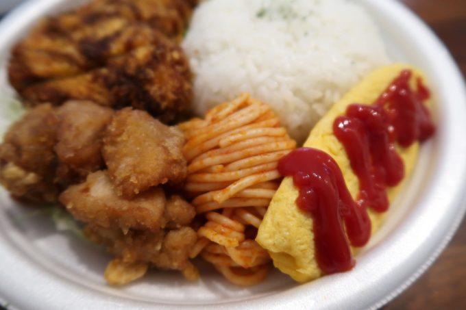 那覇市曙「タケタパーラー」Bランチ弁当(500円)の鶏かつとオムレツとナポリタン