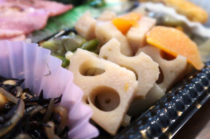 那覇市曙「タケタパーラー」日替わり弁当(400円)のレンコンとニンジンの煮物が嬉しい