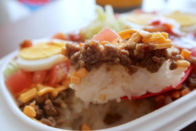 那覇市曙「タケタパーラー」持ち帰りのタコライス(500円)はお肉がゴロゴロとしていた。