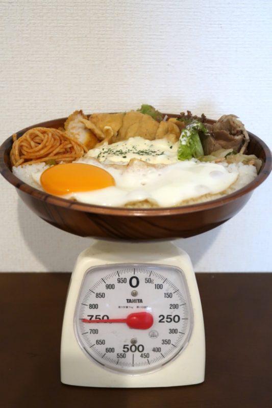 那覇市曙「タケタパーラー」Aランチ弁当(600円)は750gの重量だった