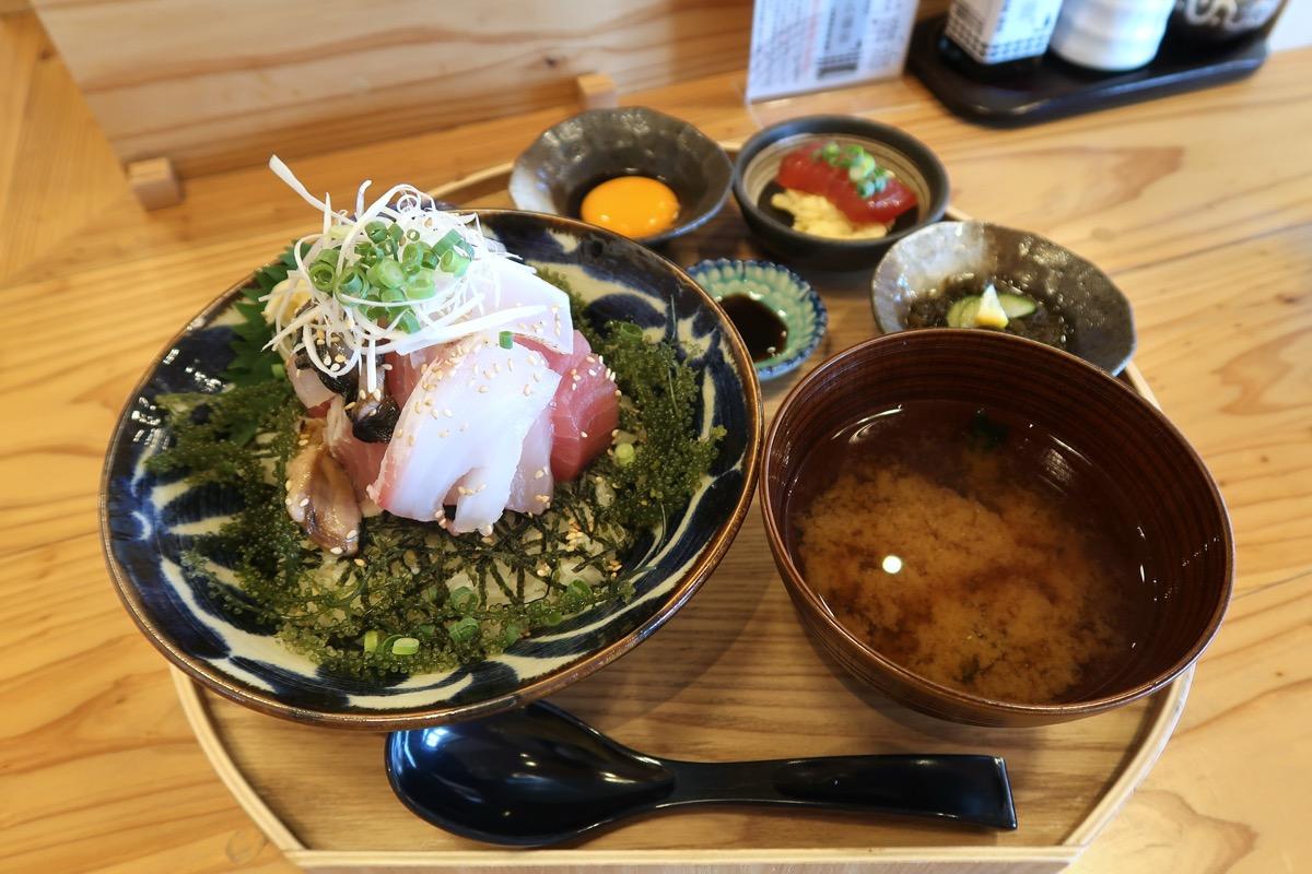那覇・具志「今いゆ玉しろ」海人のさしみ丼ぶり(1300円)