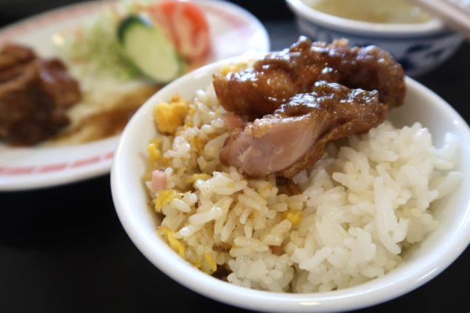 那覇市田原「チャイニーズキッチン金龍」若鶏のカレーソースがけ(800円)をご飯の上に乗せて食べる