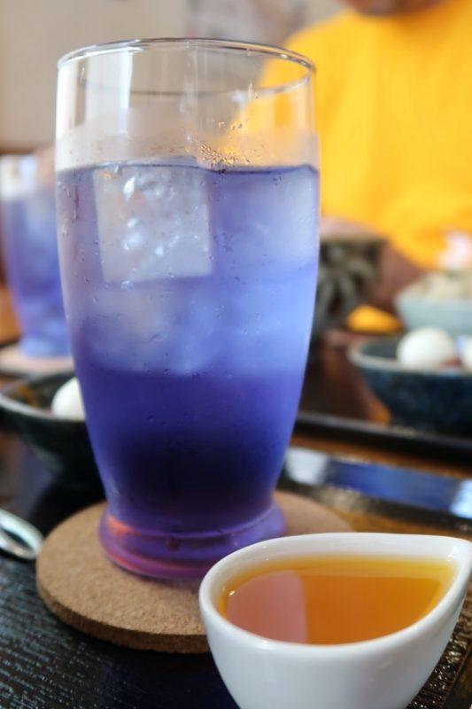 那覇・首里平良町「きんそば」御膳セットのバタフライピーティーはタンカンジュースを入れると色味が紫色に変わる