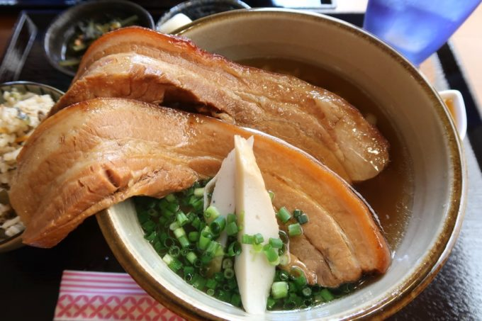那覇・首里平良町「きんそば」大きな三枚肉が2枚乗せられたんまい肉そば(800円)
