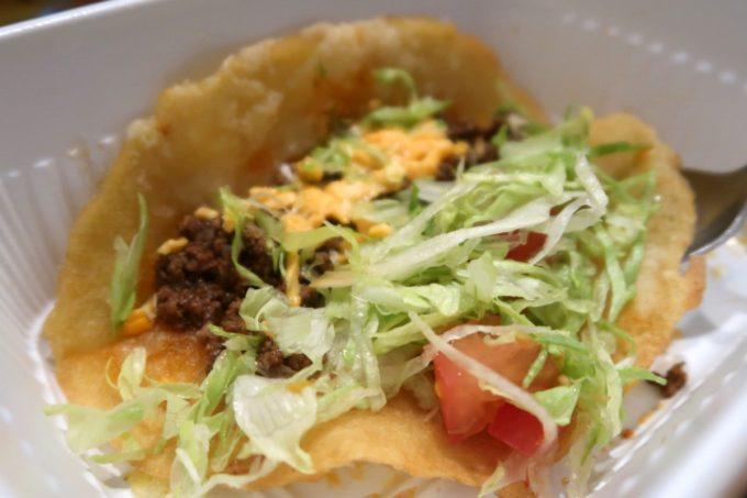 那覇市真嘉比「ルーラーズタコライス 真嘉比店(RuLer's TACORiCE)」タコスは揚げた皮にレタス・タコミート・チーズ・トマトが包まれている