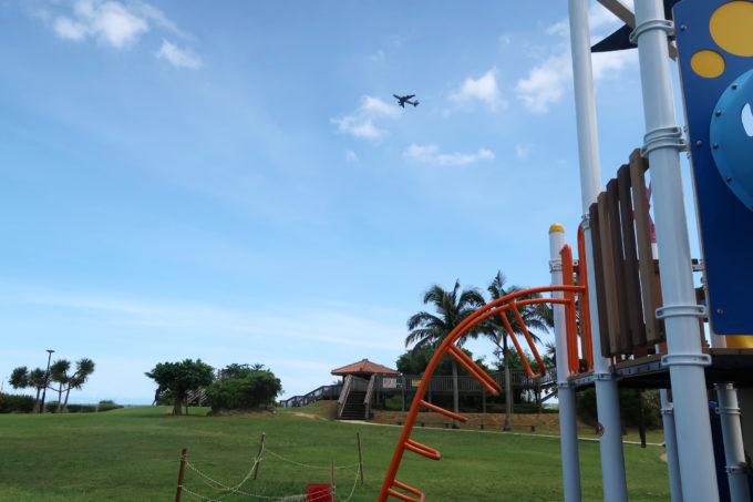 北谷町「砂辺馬場公園」で遊んでいると嘉手納基地から飛び立つ軍用機を眺められる