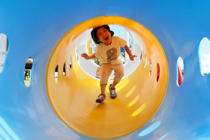 北谷町「砂辺馬場公園」アスレチック遊具のトンネル