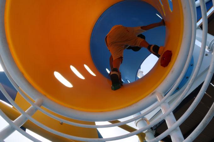 北谷町「砂辺馬場公園」上りのハシゴとトンネルを組み合わせたアスレチック遊具