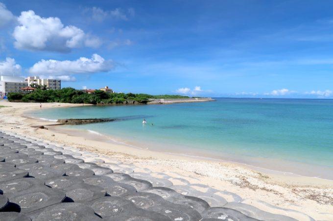 北谷町「砂辺ビーチ」遊歩道とビーチの間にはブロックが敷かれている