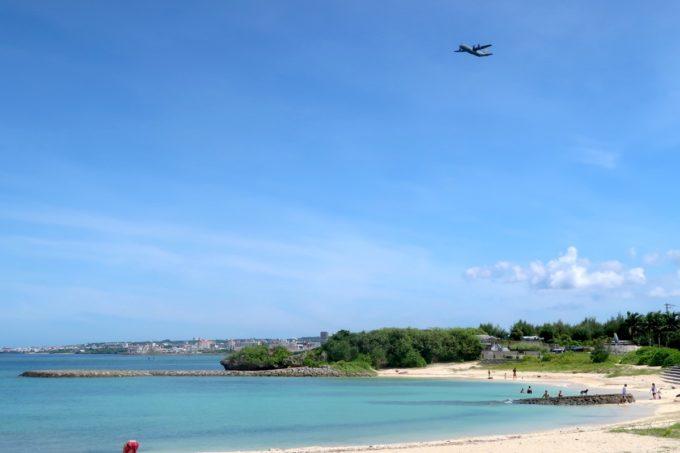 北谷町「砂辺ビーチ」嘉手納基地から米軍機が飛び立つ。