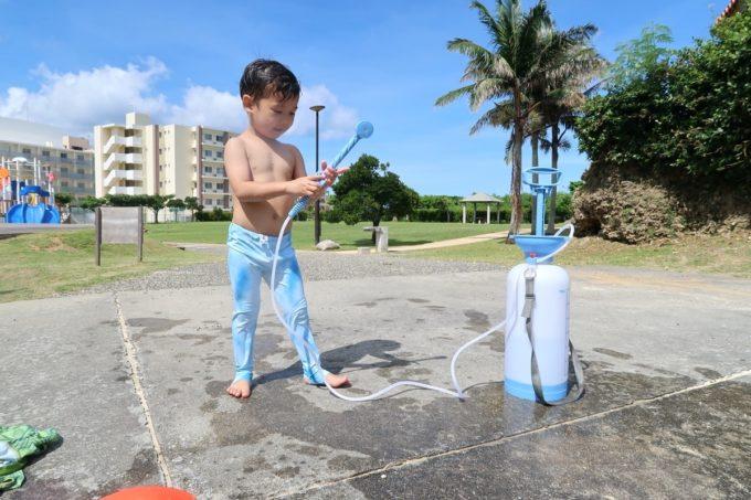 北谷町「砂辺ビーチ」にはシャワーやロッカーなどはないので、簡易シャワーを持ってきた。