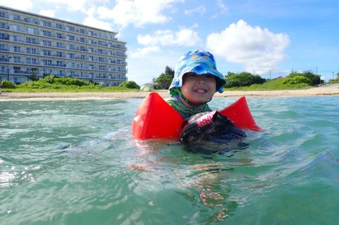 北谷町「砂辺ビーチ」カメように背中に登って泳ぐようお子サマーに指示を受ける