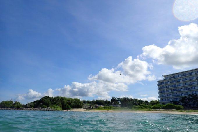 北谷町「砂辺ビーチ」轟音と共にステルス戦闘機が飛び立つのを海上から撮影。