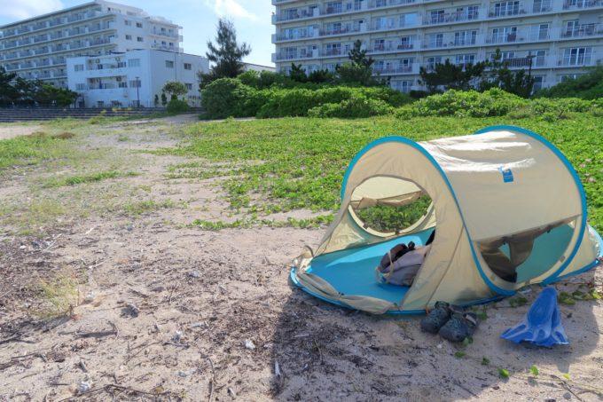 北谷町「砂辺ビーチ」簡易テントで日陰を作る
