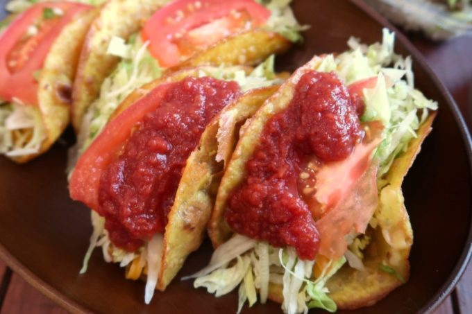 那覇市若狭「タコス屋 アミーゴ」タコスにたっぷりのサルサソースをかけていただく。