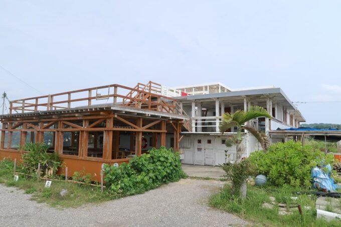 糸満「海ん道(うみんち)」のゲストハウスとテラス席
