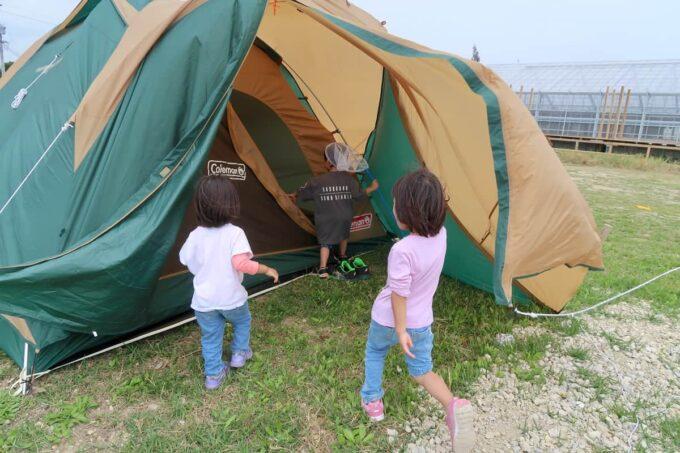 糸満「海ん道(うみんち)」デイキャンプでテントを立てる練習をした