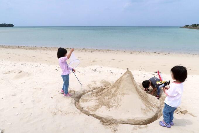 糸満「海ん道(うみんち)」誰かが作った大きな砂山で遊ぶこどもたち