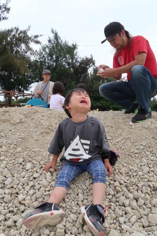 糸満「海ん道(うみんち)」の海ぶどうソフトクリームを落として泣くお子サマー