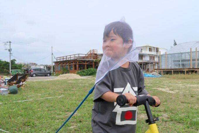 糸満「海ん道(うみんち)」の敷地内でおどけながら遊ぶお子サマー