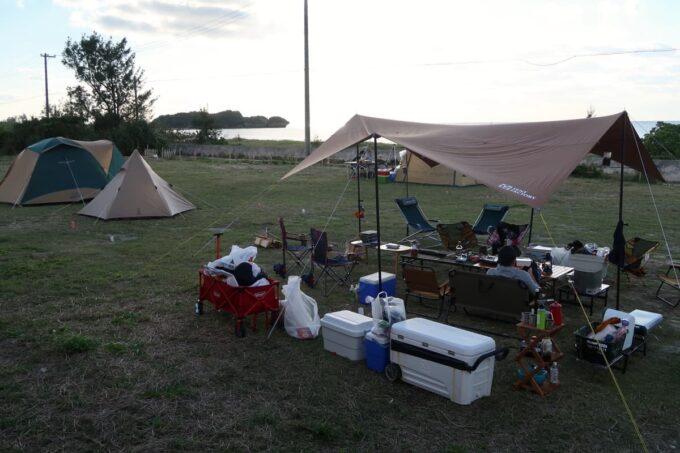 糸満「海ん道(うみんち)」にタープやテントを張った夕方