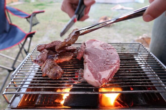 糸満「海ん道(うみんち)」炭火で肉を炙る