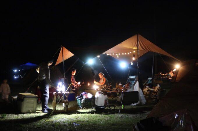 糸満「海ん道(うみんち)」日が暮れた後のキャンプサイトの様子
