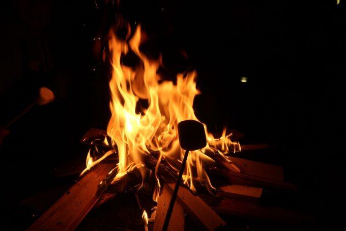 糸満「海ん道(うみんち)」焚き火でマシュマロを焼く