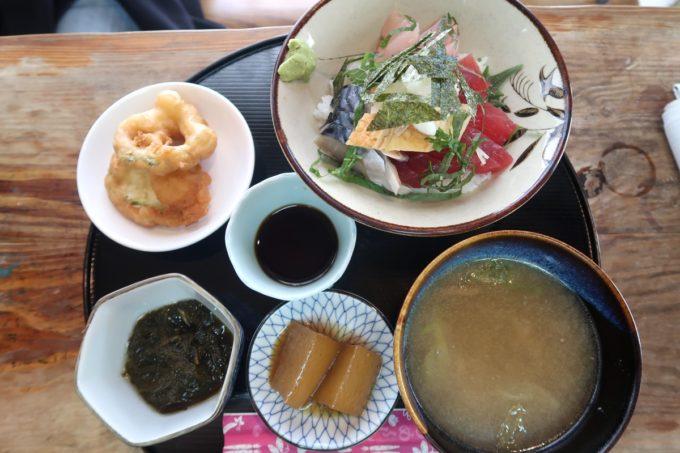 那覇市東町「鮮魚 ふくむら」ランチの海鮮丼(800円)と小鉢など全体写真