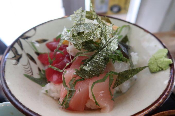 那覇市東町「鮮魚 ふくむら」ランチの海鮮丼(800円)の丼を持ち上げてみる