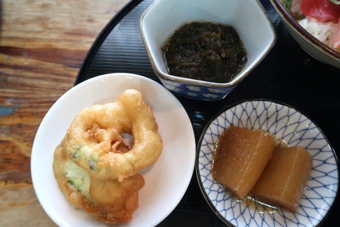 那覇市東町「鮮魚 ふくむら」ランチの海鮮丼(800円)の小鉢はモズク、天ぷら、野菜の煮付け。