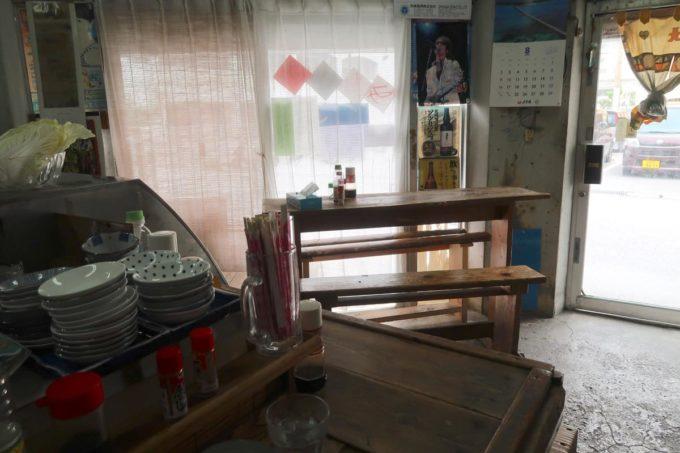 那覇市東町「鮮魚 ふくむら」の店内(カウンター席とテーブル席)