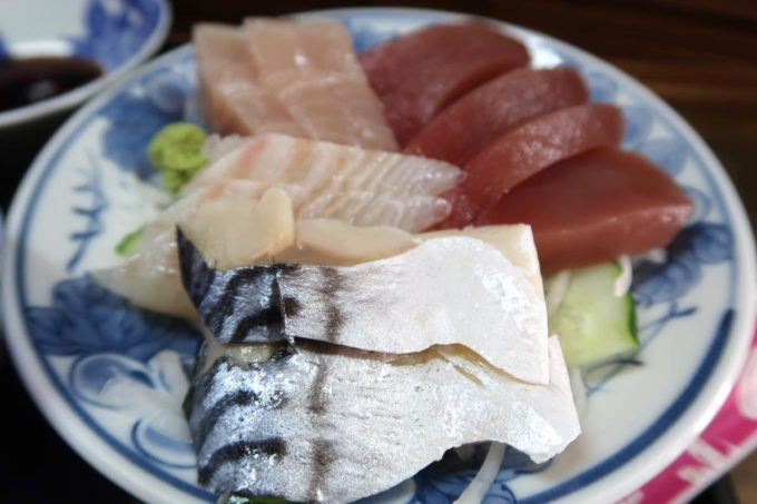 那覇市東町「鮮魚 ふくむら」ランチの刺身定食には4種類の分厚い刺身が盛られていた