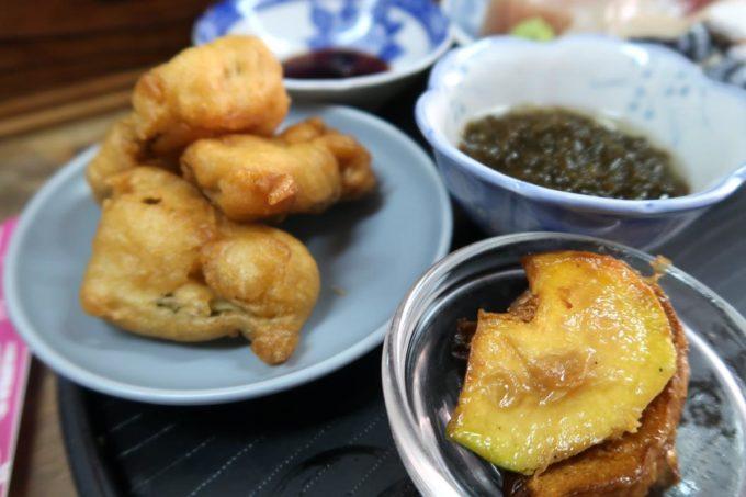 那覇市東町「鮮魚 ふくむら」ランチの刺身定食についてきたてんぷら、もずく、小鉢。