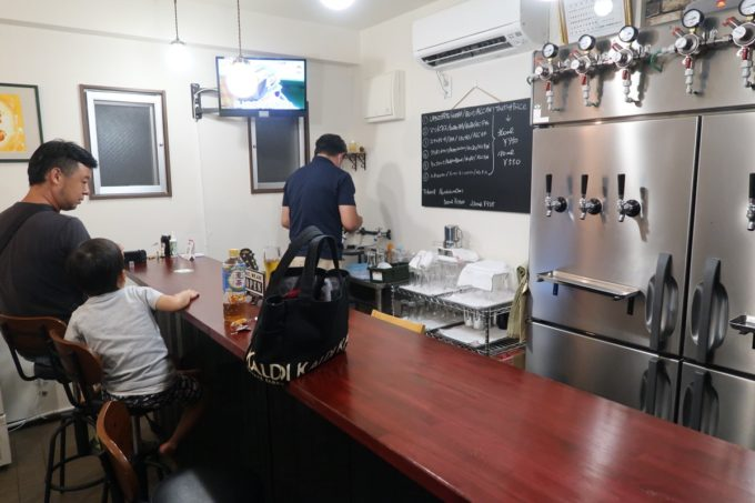 豊見城「Funny's Craft Beer(ファニーズクラフトビール)」の店内(カウンター席)