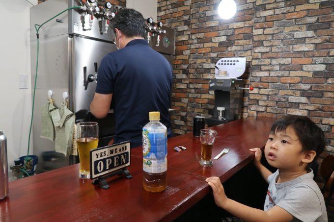 豊見城「Funny's Craft Beer(ファニーズクラフトビール)」の冷蔵庫とタップと麦茶のお子サマー