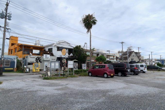 沖縄市・泡瀬「ハーベスト」の駐車場は泡瀬干潟側にあるスペースだ