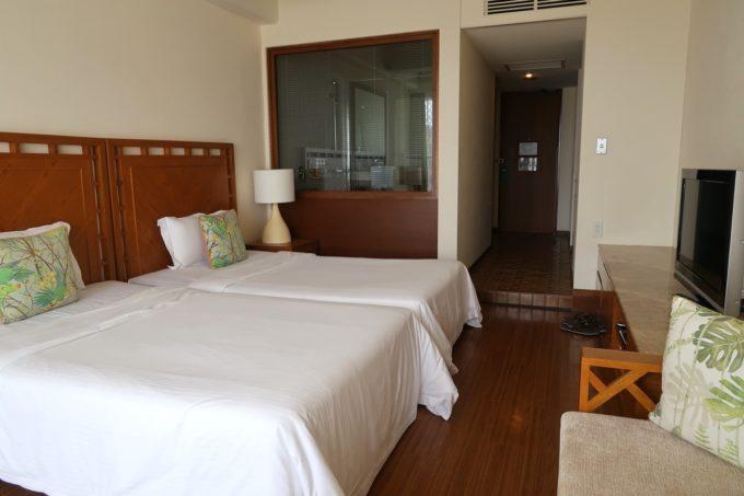 沖縄・恩納村「ホテルムーンビーチ」ナチュラルスーペリア(32.4平米、ツインルーム、グリーンビュー)を窓側から撮影